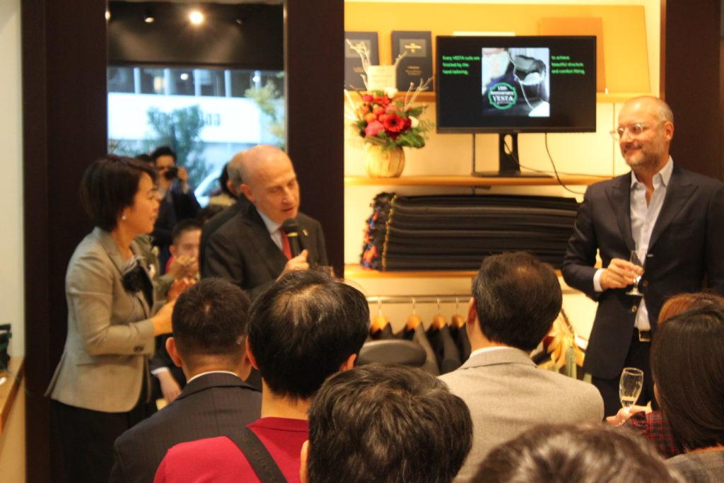 15周年記念イベントにて乾杯されるイタリア大使