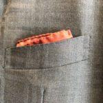 ブリティッシュ: 緩やかにカーブした平行胸ポケット